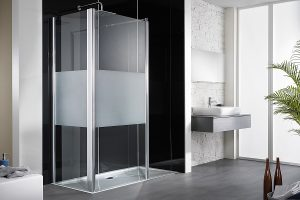 So schick kann eine Bad-Teilsanierung sein, wenn großflächige Wandpaneele und eine bodenebene Duschfläche zum Einsatz kommen. Foto: HSK
